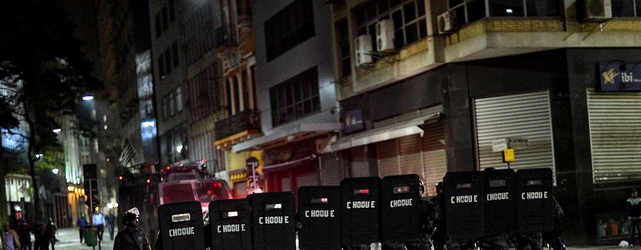 18 de junho -  Após destruição no centro de São Paulo, Tropa de Choque da PM chegou pelo Teatro Municipal, passou em frente à prefeitura e fez uma varredura pelas ruas depredadas do centro até chegar à praça da Sé