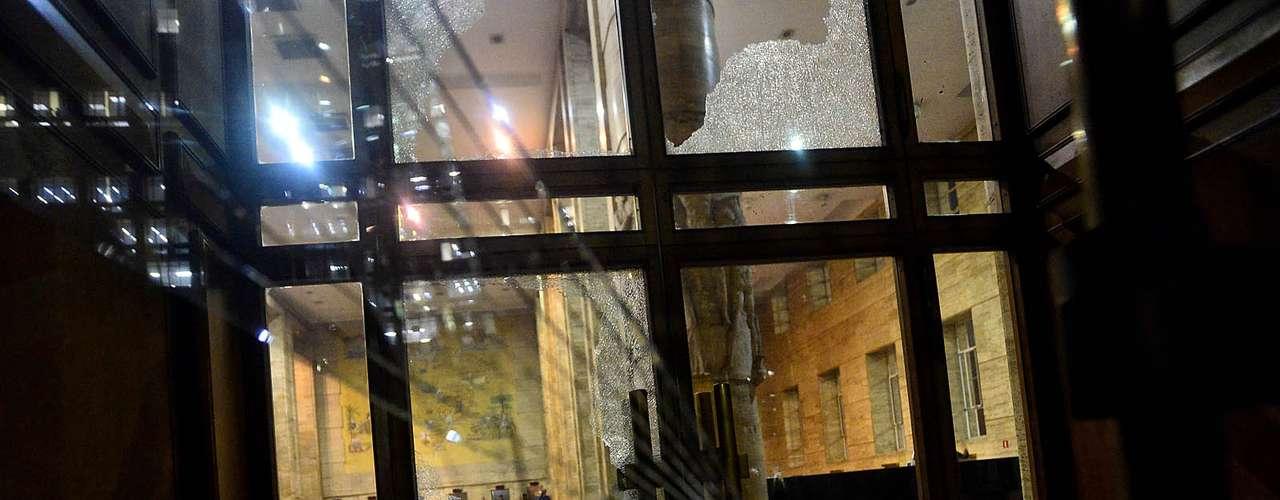 18 de junho - Vidro da porta da prefeitura foi quebrado por grupo de manifestantes