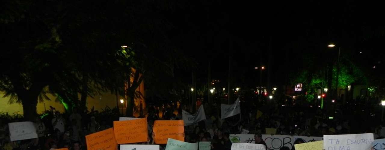 18 de junho - Em São Sebastião, no litoral paulista, jovens foram às ruas com faixas e narizes de palhaço para protesta