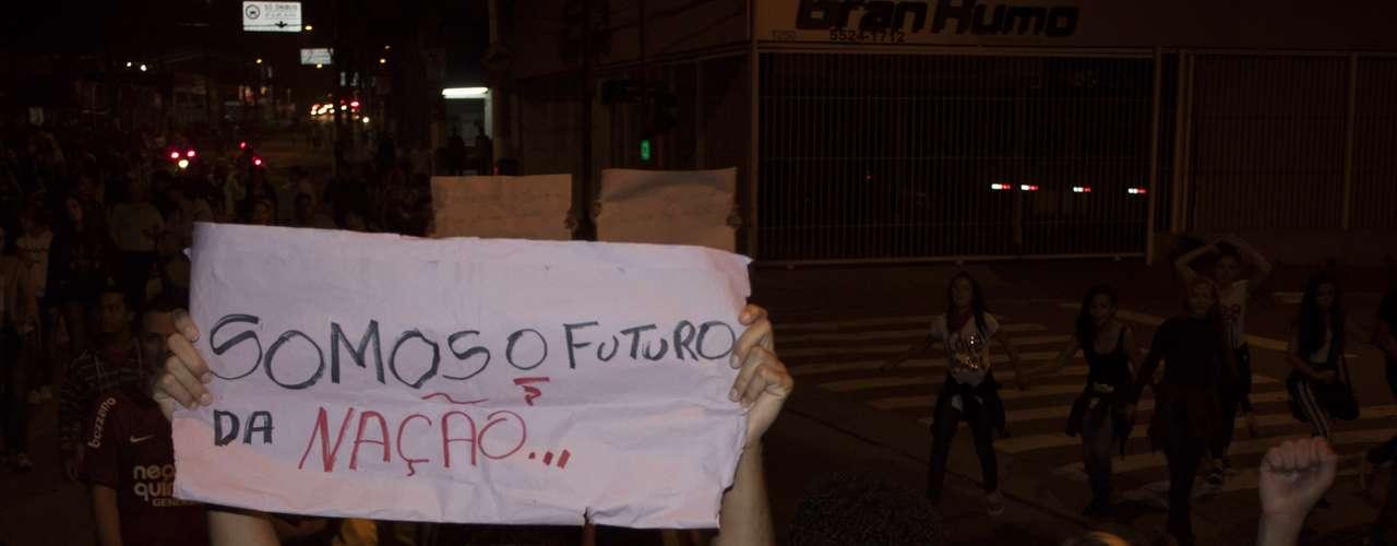 18 de junho - Em São Paulo, o quinto dia de protestos contra o aumento das tarifas de transporte público se espalhou por diversos pontos da cidade