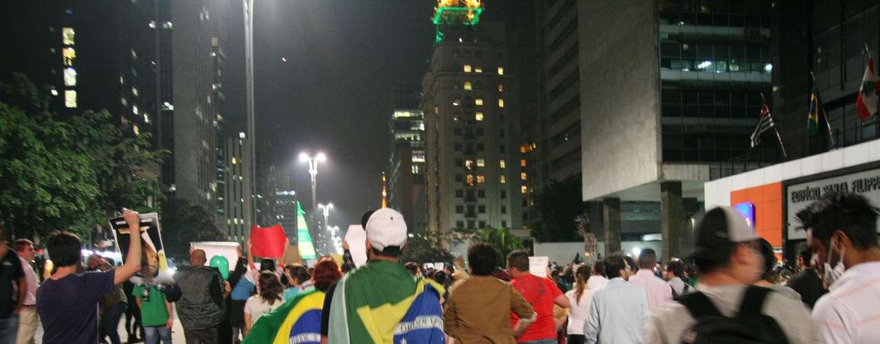 18 de junho - Da Catedral da Sé, parte dos manifestantes marchou para a avenida Paulista