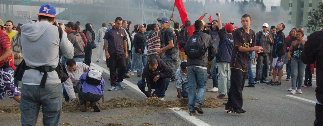 19 de junho - Em São Bernardo do Campo, na Grande São Paulo, manifestantese fizeram uma barreira com objetose queimaram pneus e outros objetosna rodovia Anchieta