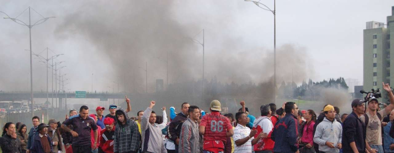 19 de junho- Em São Bernardo do Campo, na Grande São Paulo, manifestantese fizeram uma barreira com objetose queimaram pneus e outros objetosna rodovia Anchieta