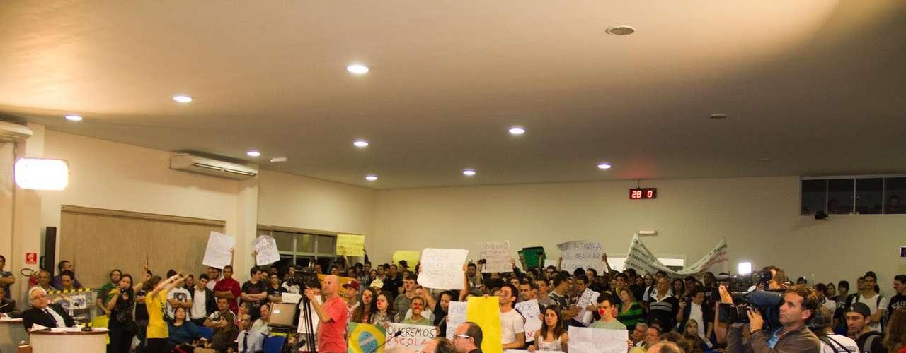 18 de junho - Em Valinhos, no interior paulista, manifestantes partiram da Câmara dos Vereadores para as ruas
