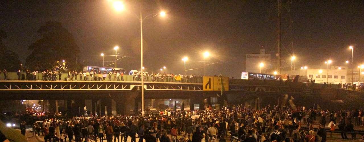 19 de junho - Manifestantes protestarame ocuparam as duas pistas da Anchieta no quilômetro 18, em São Bernardo do Campo