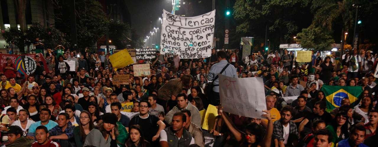 19 de junho - Centenas ocupam a esquina da avenidaPaulista com Peixoto Gomide, no centro deSão Paulo
