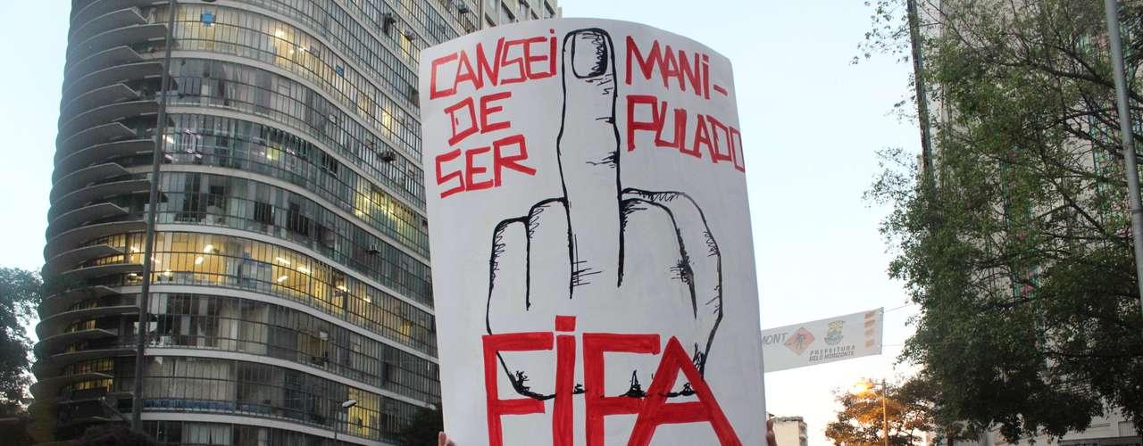 Os manifestantes de Belo Horizonte voltaram às ruas nesta quinta-feira para protestar contra os gastos excessivos da Copa do Mundo. A exemplo do que se viu ao longo da última semana, cerca de 5 mil pessoas foram à Praça Sete e pararam a capital mineira com faixas, cartazes e gritos