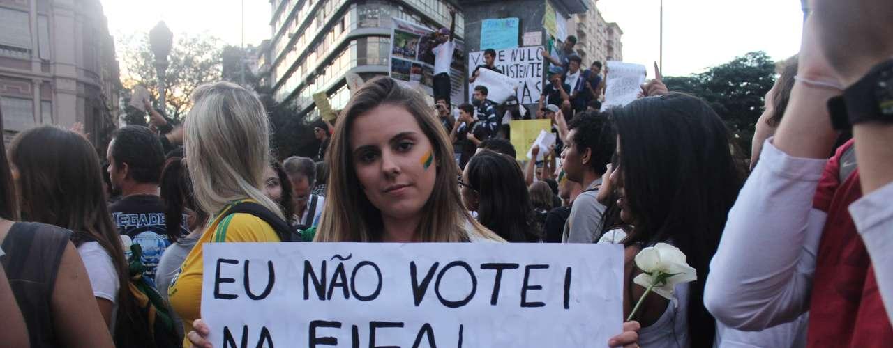 Manifestantes voltaram a criticar a realização da Copa das Confederações e da Copa do Mundo no País, alegando que há outras prioridades para o orçamento público