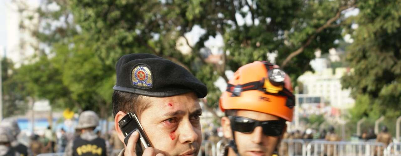 22 de junho - Policial militar foi ferido no rosto durante confronto violento com manifestantes em Belo Horizonte