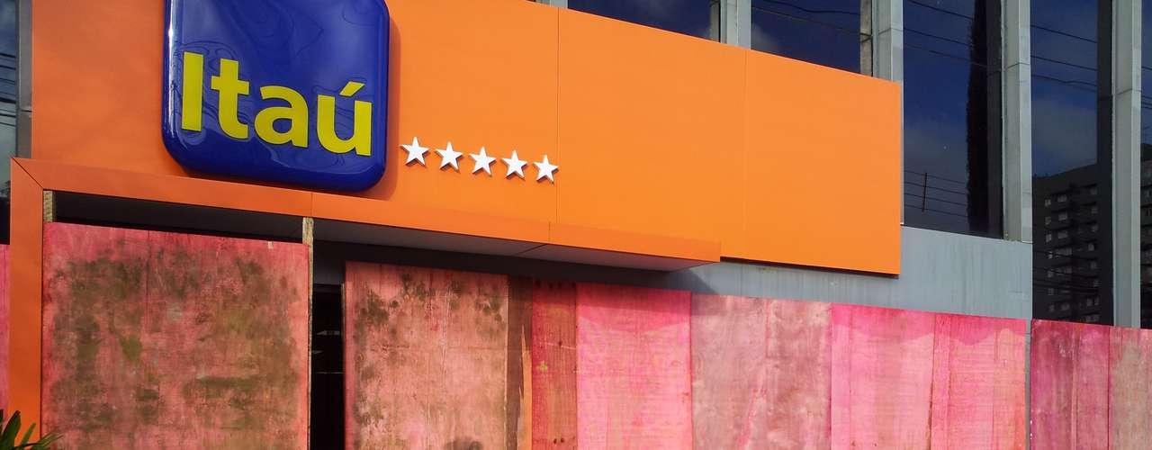 22 de junho - Depredada por vândalos, agência do banco Itaú amanheceu coberta por tapumes neste sábado em Curitiba (PR)