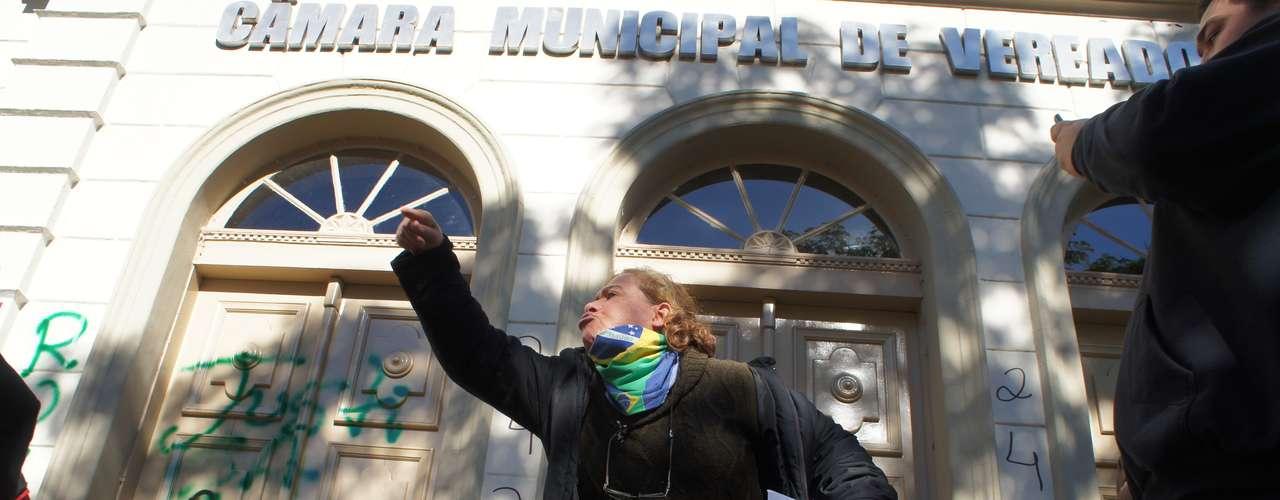 22 de junho - Manifestantes picharam a Câmara de Vereadores de Santa Maria (RS) em protesto neste domingo