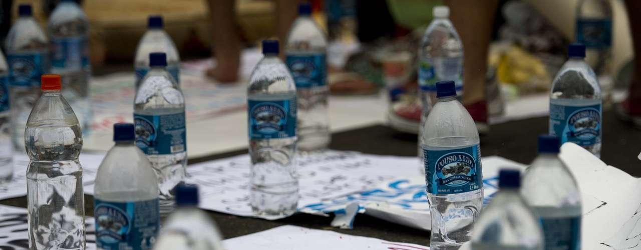 22 de junho - Grupo acampado em frente à casa do governador do Rio recebeu doação de água