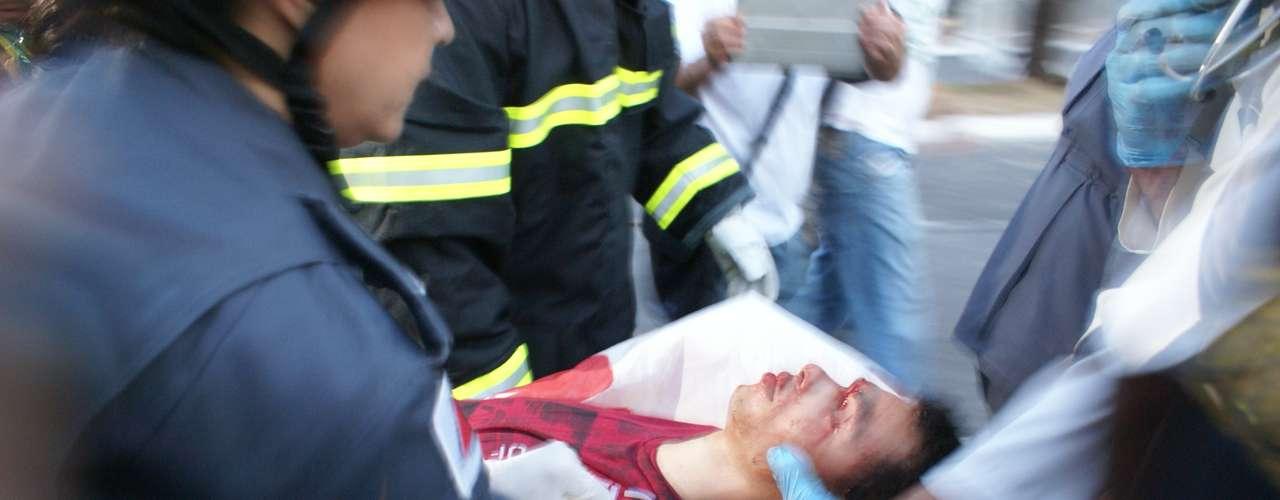 22 de junho - Jovem de 16 anos caiu de viaduto durante correria em meio a tumulto nos arredores do estádio do Mineirão