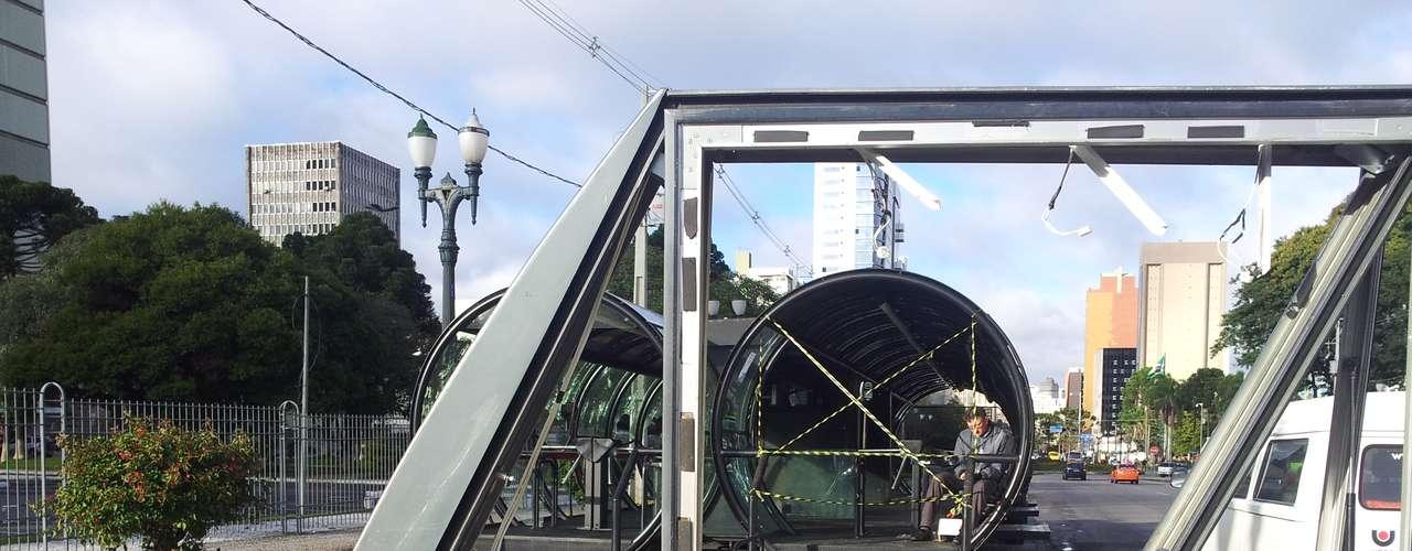 22 de junho - Cobrador encontrou estação-tubo de ônibus depredada e não atendeu um único passageiro neste sábado em Curitiba