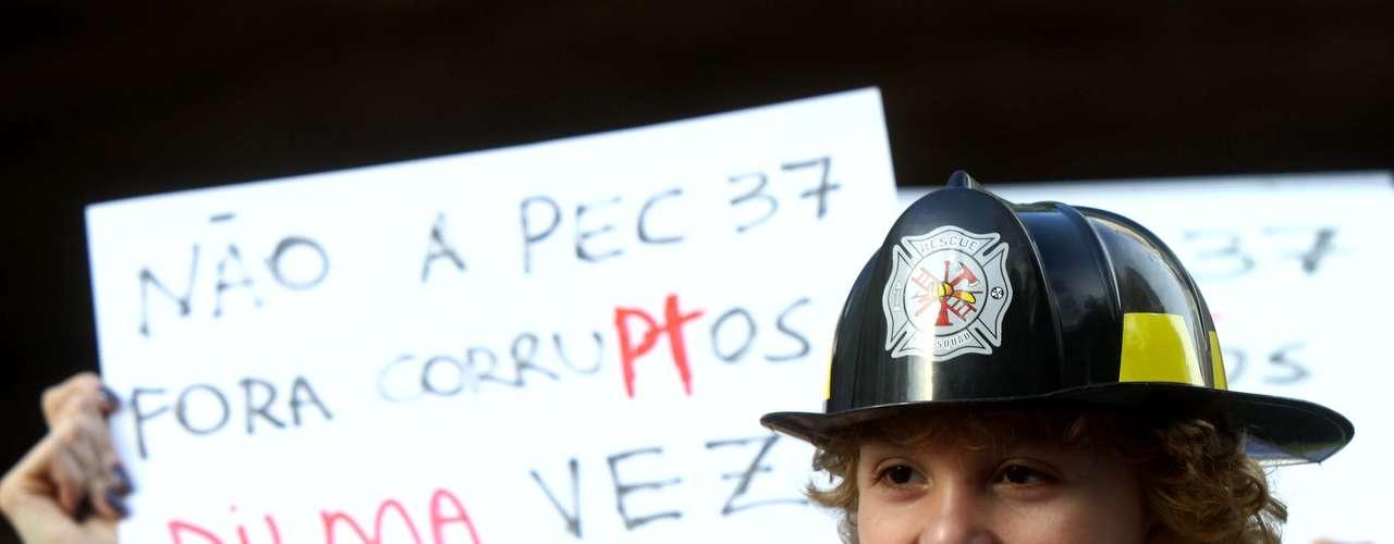 22 de junho Manifestantes protestam em São Paulo contra a PEC 37, que acaba com o poder de investigação criminal do Ministério Público. Cerca de 30 mil pessoas marcharam pela avenida Paulista em uma passeata pacífica até seguiu até a sede do Ministério Público do Estado de São Paulo (MP-SP), na rua Riachuelo, no centro da cidade