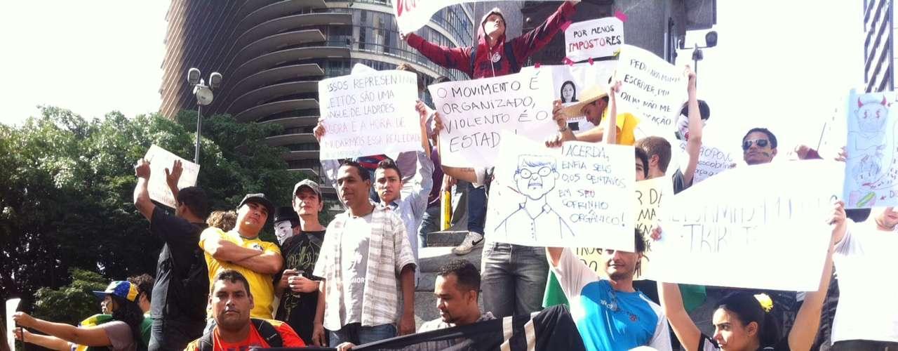 22 de junho -Grupo protesta contra várias questões, comoa PEC 37 (que quer tirar o poder de investigação do Ministério Público), o senador Renan Calheiros como presidente do Senado, atarifa da passagem em Belo Horizonte