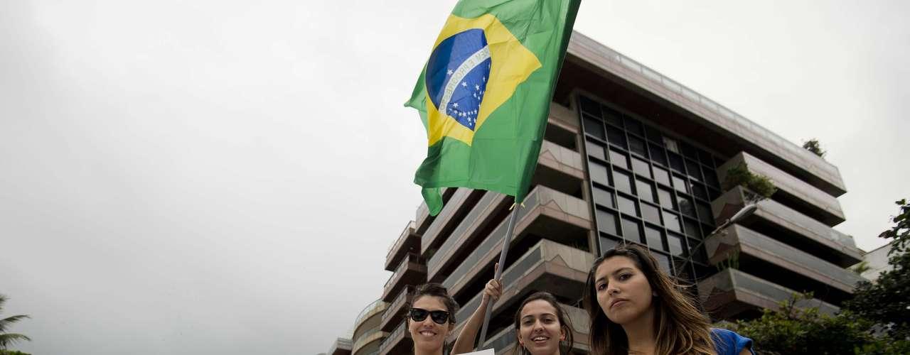 22 de junho - Grupo pede apoio de quem passa pela esquina da rua Aristides Espínola com a avenida Delfim Moreira, no Rio