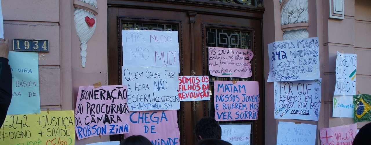 22 de junho - Sede do gabinete do prefeito de Santa Maria, Cezar Schirmer (PMDB), virou um grande mural com homenagens às vítimas da boate Kiss