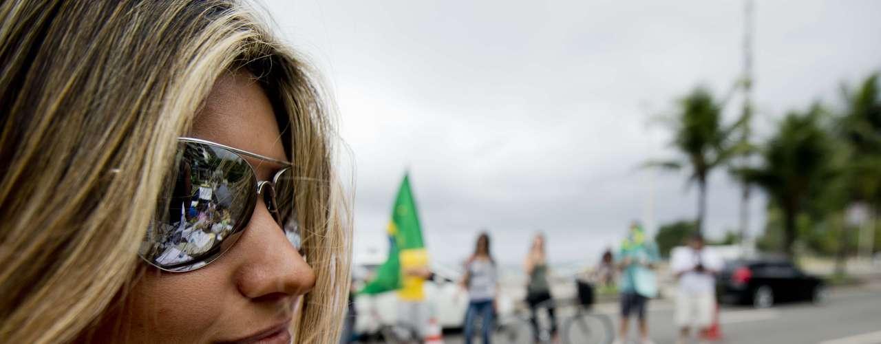 22 de junho - Em dia nublado, movimentação na vizinhança de Sérgio Cabral foi intensa neste sábado