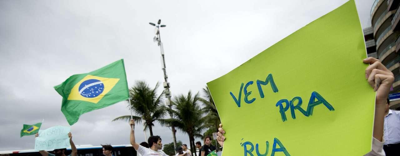 22 de junho - Grupo pede apoio da população a acampamento na frente da casa do governador do Rio