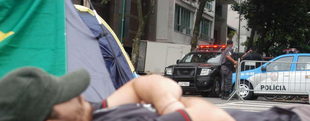22 de junho - Reivindicando um encontro com Sérgio Cabral, manifestantes fazem vigília em frente à casa do governador, no Rio