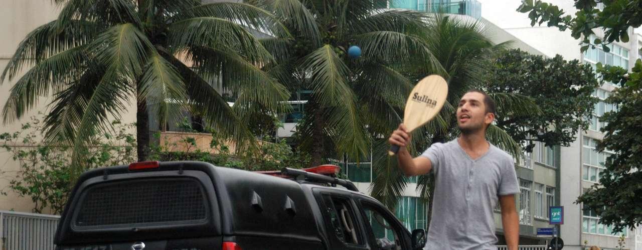 22 de junho - Com reforço policial, manifestantes jogam frescobol enquanto não são ouvidos pelo governador; segundo assessoria, Cabral não estava em casa no momento do cerco