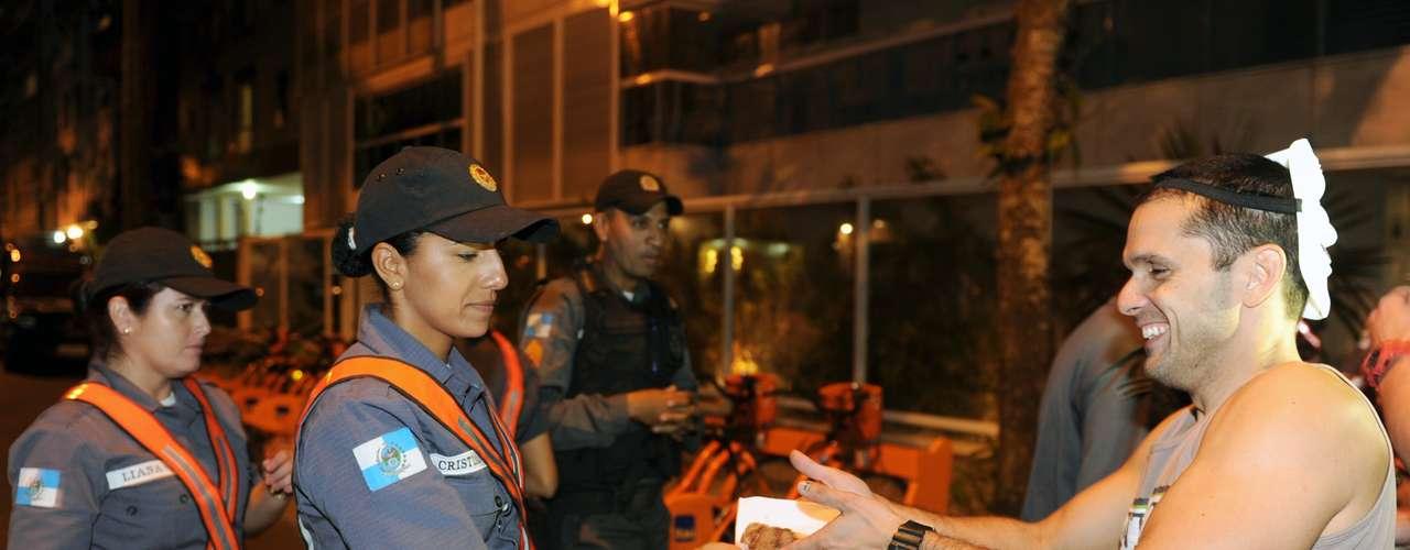 22 de junho Manifestantes oferecem pedaços de bolo a policiais em um protesto perto da casa do governador do Rio de Janeiro, Sérgio Cabral. Os PMs acompanham o ato dos manifestantes, que estão 'acampados' no local desde sexta-feira