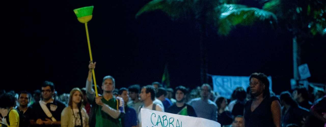 23 de junho Manifestantes protestam no Rio de Janeiro contra a PEC 37, que acaba com o poder de investigação do Ministério Público. Cerca de duas mil pessoas caminharam de Copacabana até o Leblon, e o ato acabou em frente à casa do governador Sérgio Cabral (PMDB)
