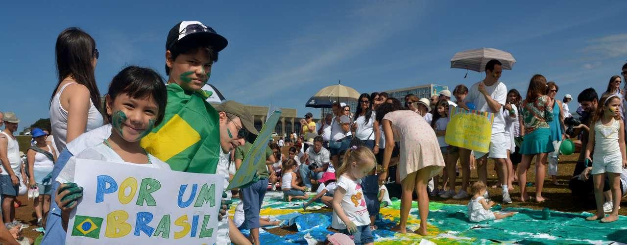 23 de junho - Em Brasília, muitas levaram cartazes confeccionados na véspera por elas mesmas com dizeres contra a corrupção e por educação e saúde de qualidade