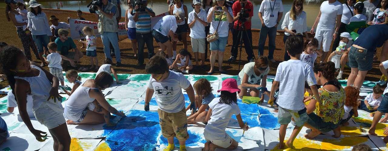 23 de junho - Cerca de 400 pessoas, entre adultos e crianças, participaram do ato em frente ao Congresso
