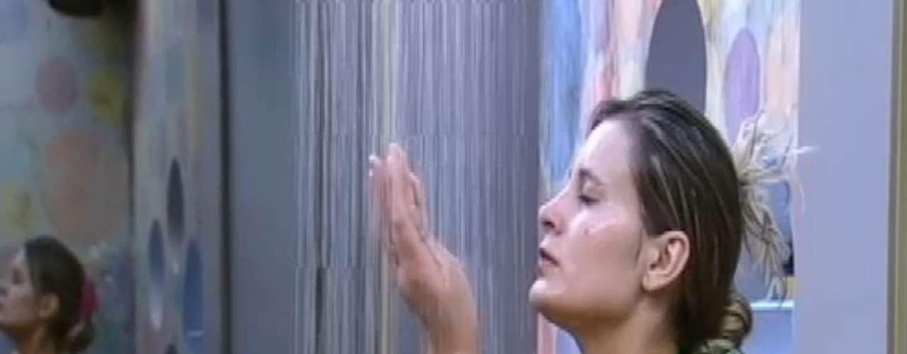 Andressa Urach protagonizou um dos primeiros banhos de 'A Fazenda'. A loira usou um biquíni pequeno e exibiu suas curvas