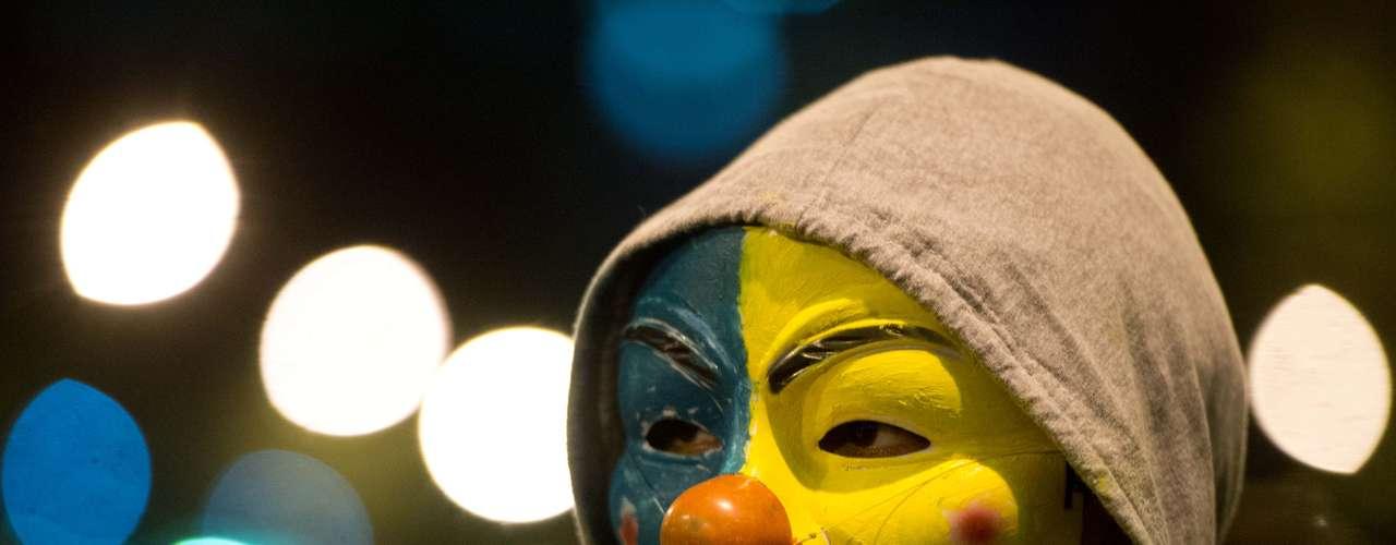 24 de junho -Identificados com um movimento chamado UCC (União Contra a Corrupção), os manifestantes - muitos com rostos e camisetas cobertas - se disseram apartidários