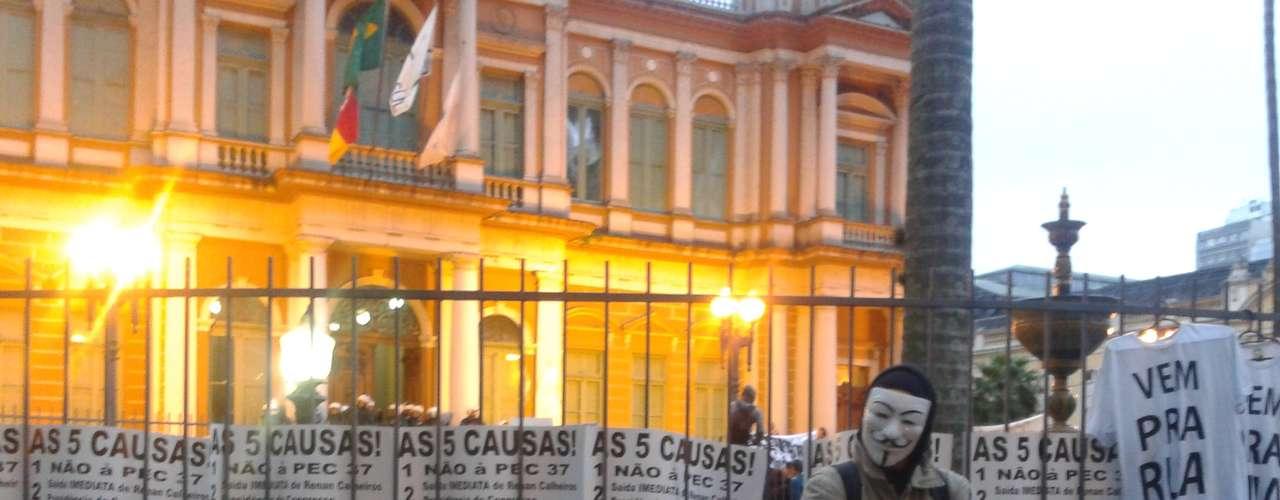 24 de junho -Manifestantes realizam protesto em frente à prefeitura de Porto Alegre, nesta segunda-feira