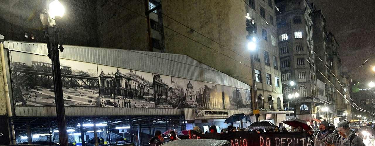 24 de junho - O grupo que se intitula 'Movimento 5 Causas', criado no Facebook, obteve 20.356 confirmações de presença para uma manifestação na tarde desta segunda-feira, na praça da Sé, no centro de São Paulo. Cerca de 20 pessoas compareceram