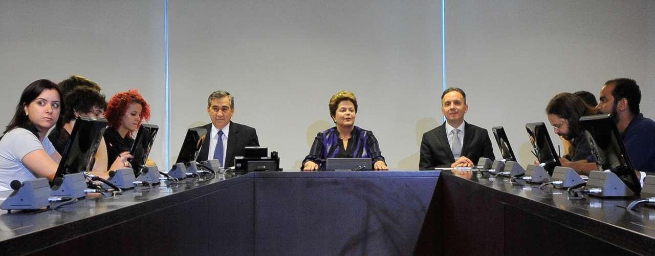 24 de junho A presidente Dilma Rousseff se reúne com representantes do Movimento Passe Livre (MPL) no Palácio do Planalto, em Brasília, para debater a pauta de reivindicações dos últimos protestos organizados pelo grupo. Também participaram da reunião o secretário-geral da Presidência da República, Gilberto Carvalho, e o ministro das Cidades, Aguinaldo Ribeiro