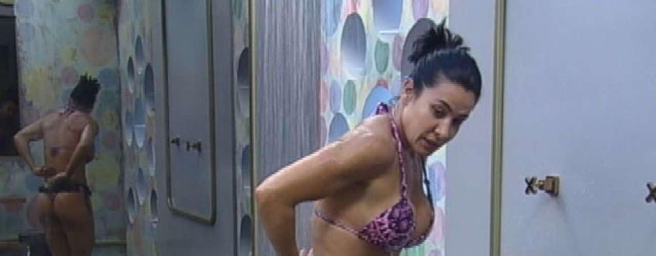 Mãe de Giulia, de 3 anos, a ex-dançarina do grupo É O Tchan, Scheila Carvalho mostrou a boa forma ao tomar banho na sede do reality show 'A Fazenda', na manhã desta segunda-feira (24)
