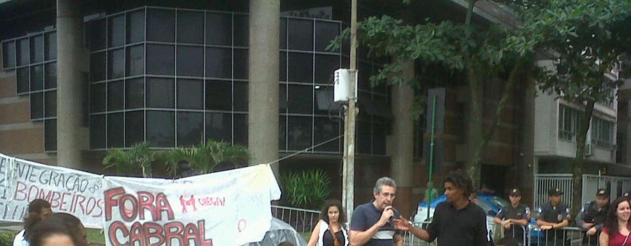 25 de junho - Acampados desde sexta-feira, manifestantes permanecem em frente ao apartamento de Sérgio Cabral, no Rio