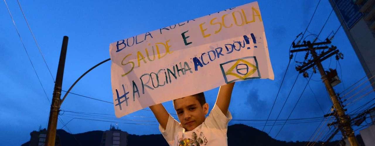 25 de junho - Cerca de 300 pessoas se concentram na favela da Rocinha, no Rio, antes de início de passeata