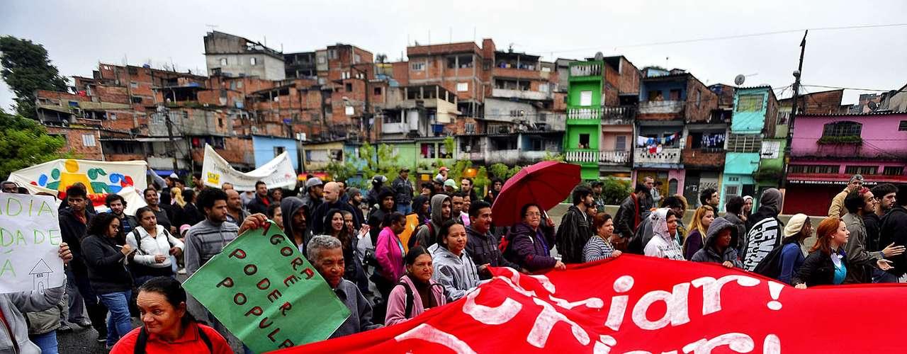 25 de junho Manifestantes da periferia da capital paulista vão em passeata até o Palácio dos Bandeirantes