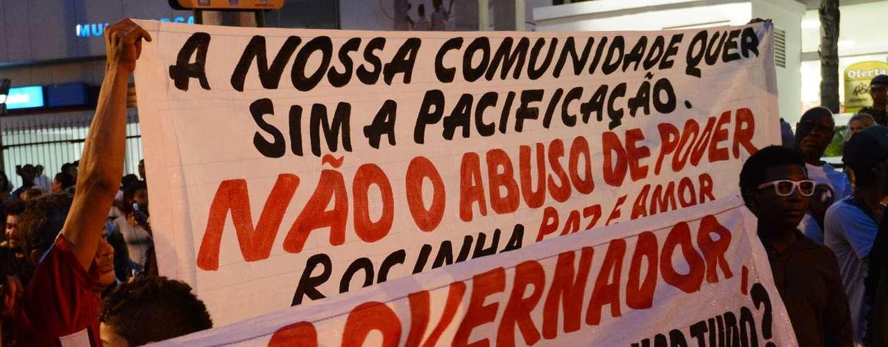 25 de junho - Grupo de manifestantes condena abuso de poder da polícia na favela da Rocinha, no Rio