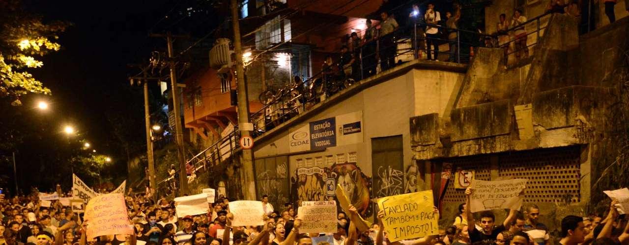 25 de junho - Ao passar pela favela do Vidigal, moradores da Rocinha ganharam adesão de diversos manifestantes no Rio