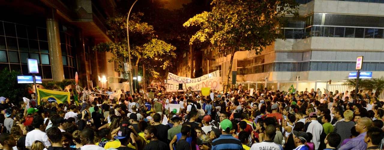 25 de junho - Vítimas de operação policial na favela da Maré foram lembradas durante a manifestação de moradores da Rocinha