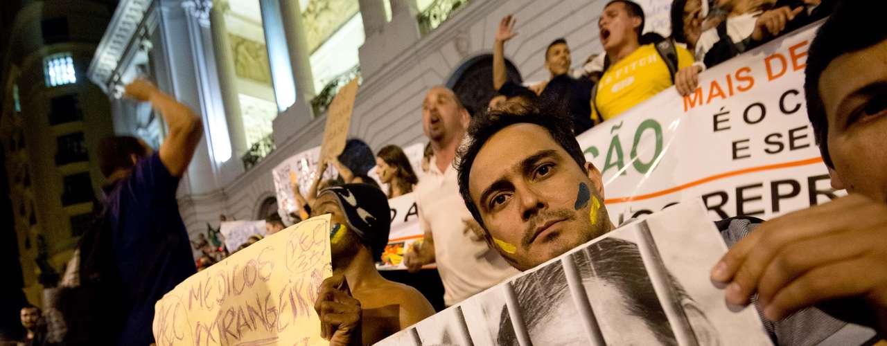 24 de junho -Manifestante carrega cartaz pedindo a prisão do governador do Rio de Janeiro Sergio Cabral (PMDB) e do prefeito da capital fluminense, Eduardo Paes (PMDB)