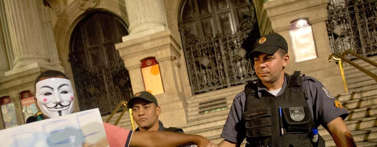 24 de junho -Manifestante dá as mãos a policial em meio a protesto no Rio de Janeiro nesta segunda-feira