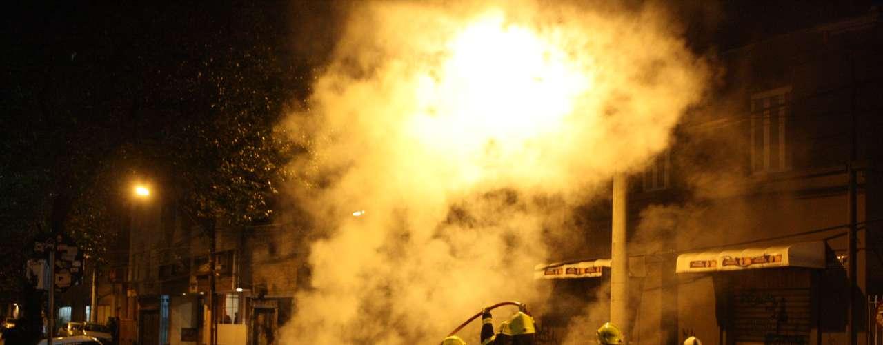 24de junho - Bombeiros contêm coletor de lixo incendiado na Cidade Baixa de Porto Alegre