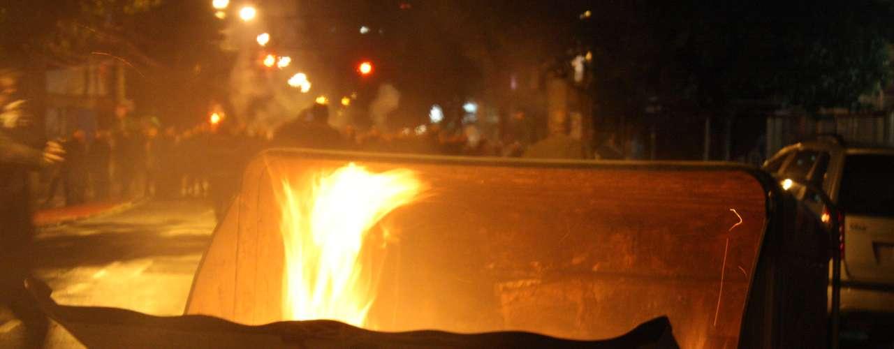 24de junho - Fogo ateado a coletor de lixo em Porto Alegre; depredação foi repetida inúmeras vezes em nova noite de protestos e confrontos na capital do Rio Grande do Sul