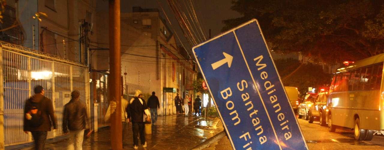 24de junho - Placa derrubada na Cidade Baixa de Porto Alegre