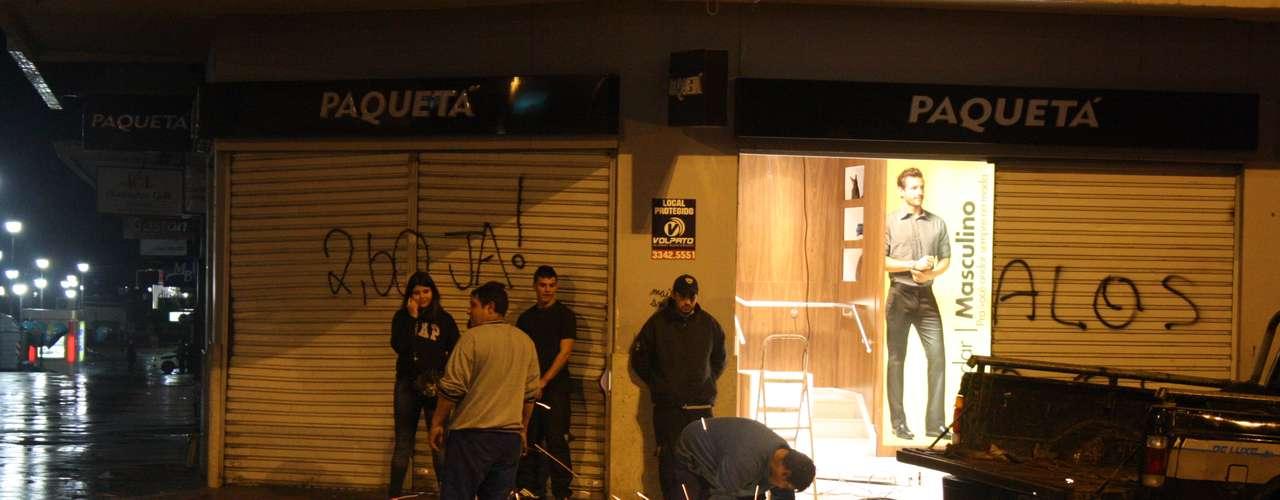 24de junho - Técnicos consertam porta depredada durante confrontos no Centro de Porto Alegre