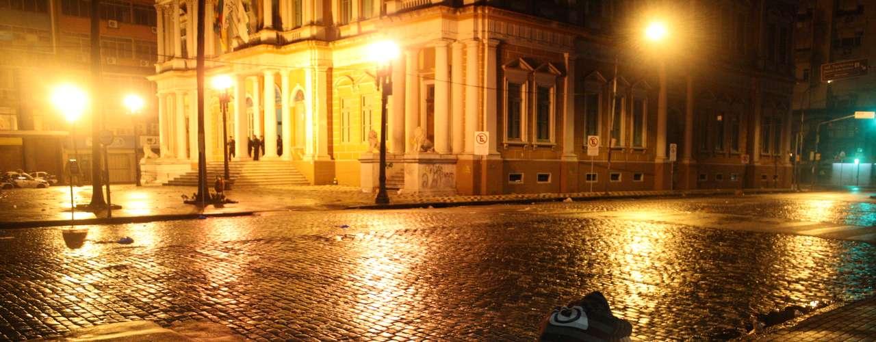 24de junho - Jovem senta em frente à Prefeitura de Porto Alegre após nova noite de confrontos