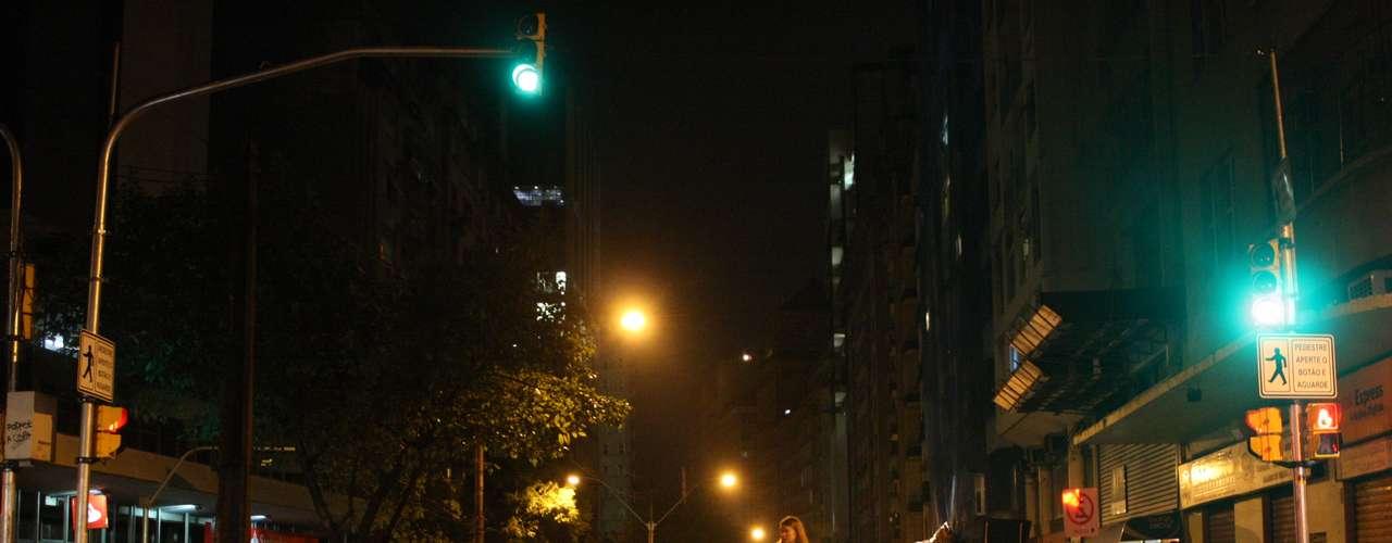 24de junho -Mulher observa a Avenida Borges de Medeiros após nova noite de protestos e confrontos em Porto Alegre